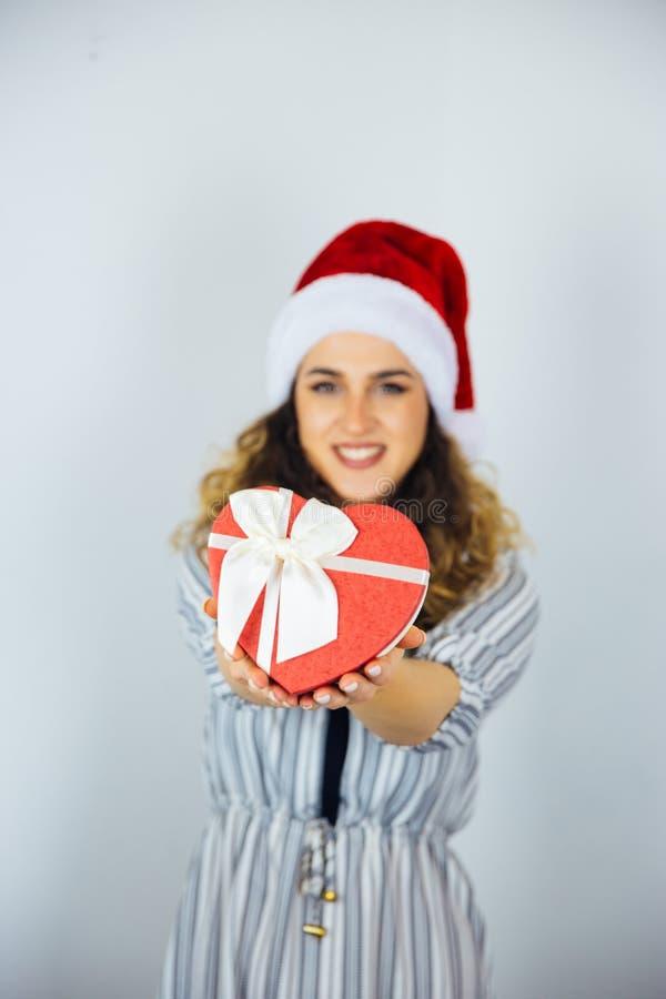 Härlig kvinna med gåvor för en ferie royaltyfria bilder