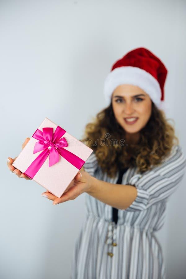 Härlig kvinna med gåvor för en ferie arkivfoto