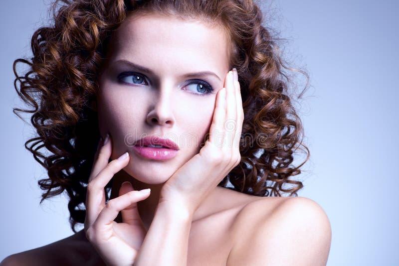 Härlig kvinna med glamourmakeup och den stilfulla frisyren royaltyfri bild