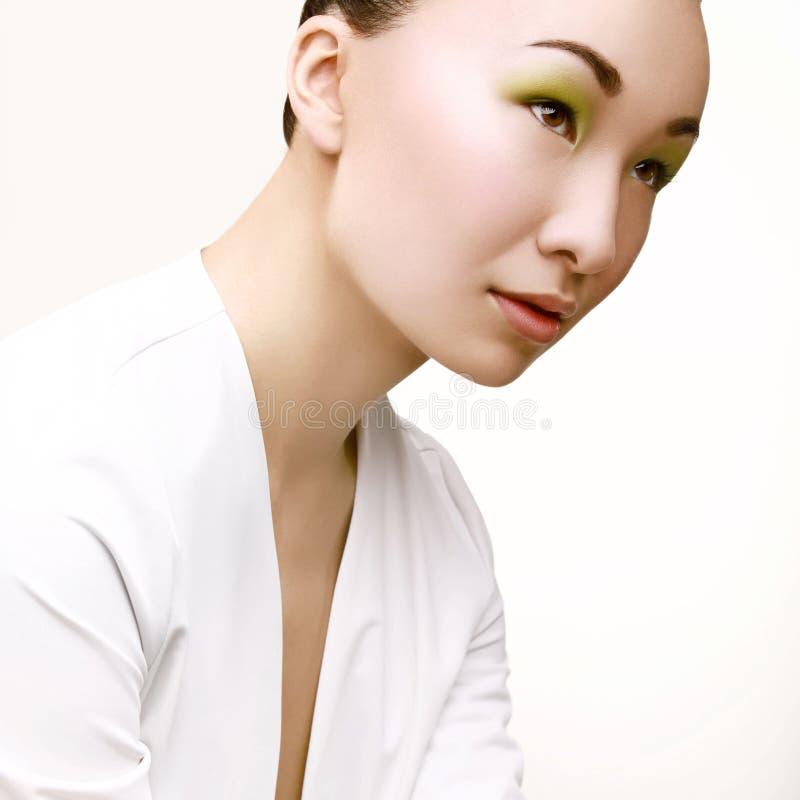 Härlig kvinna med grön modemakeup. arkivbild