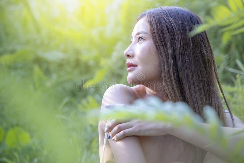 Härlig kvinna med grönt nytt av naturen fotografering för bildbyråer
