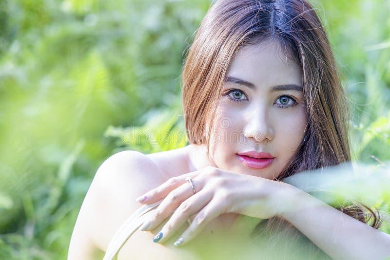 Härlig kvinna med grönt nytt av naturen royaltyfri fotografi