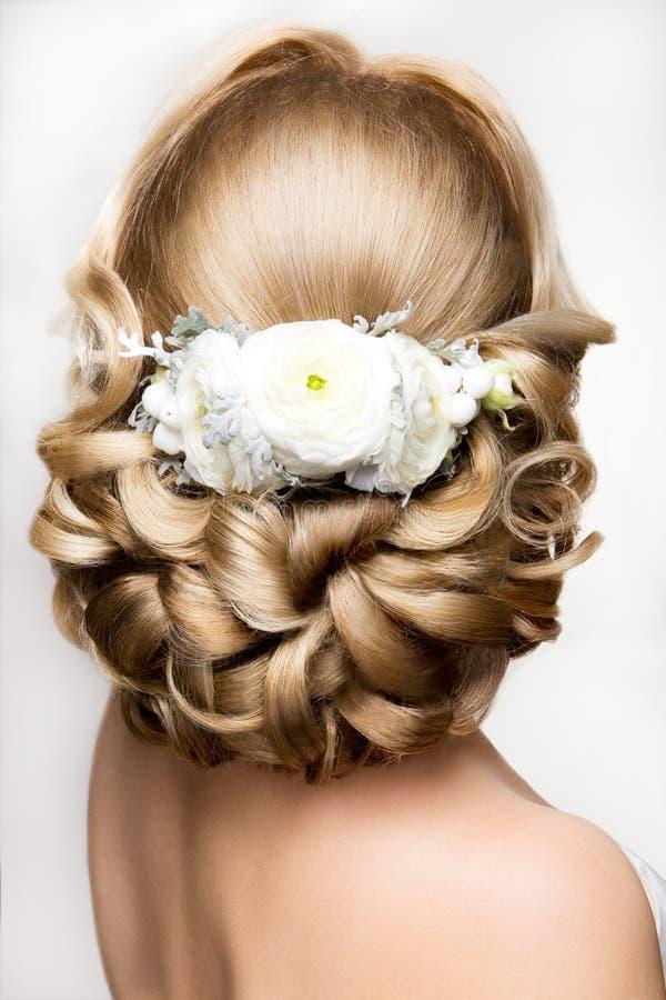 Härlig kvinna med guld- makeup härligt bröllop för brudmodefrisyr royaltyfria bilder