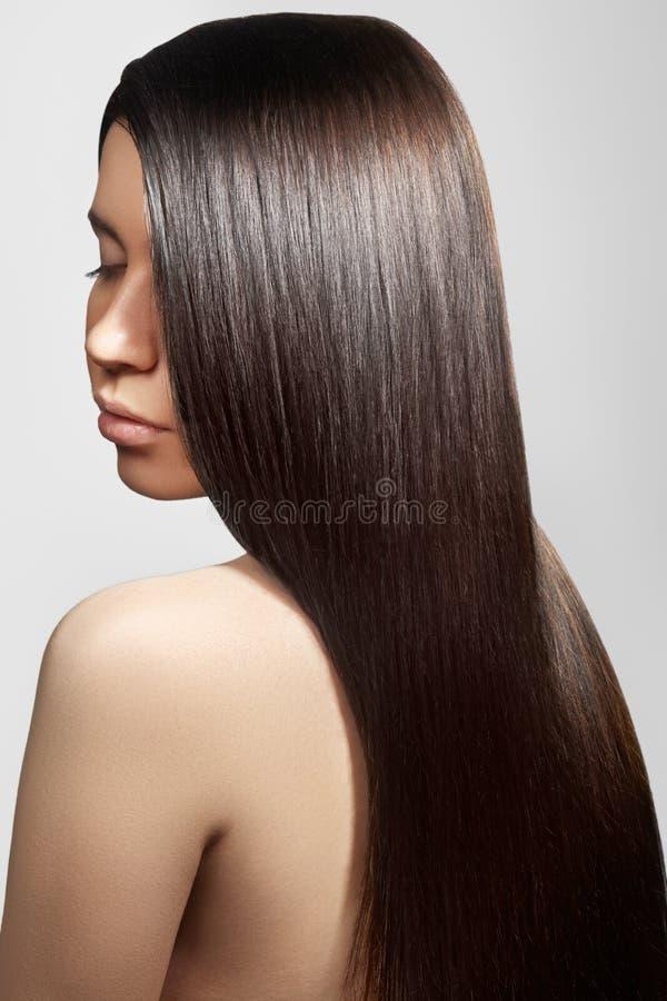 Härlig kvinna med härligt rakt skinande hår, modemakeup Glamoursmink Härlig slät frisyr royaltyfria foton