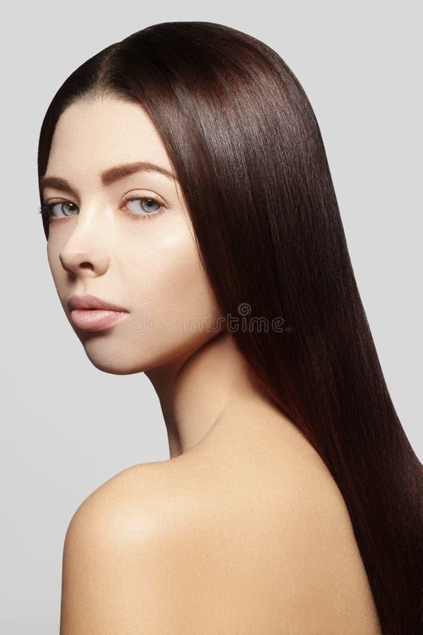 Härlig kvinna med härligt rakt skinande hår, modemakeup Glamoursmink Härlig slät frisyr arkivbild