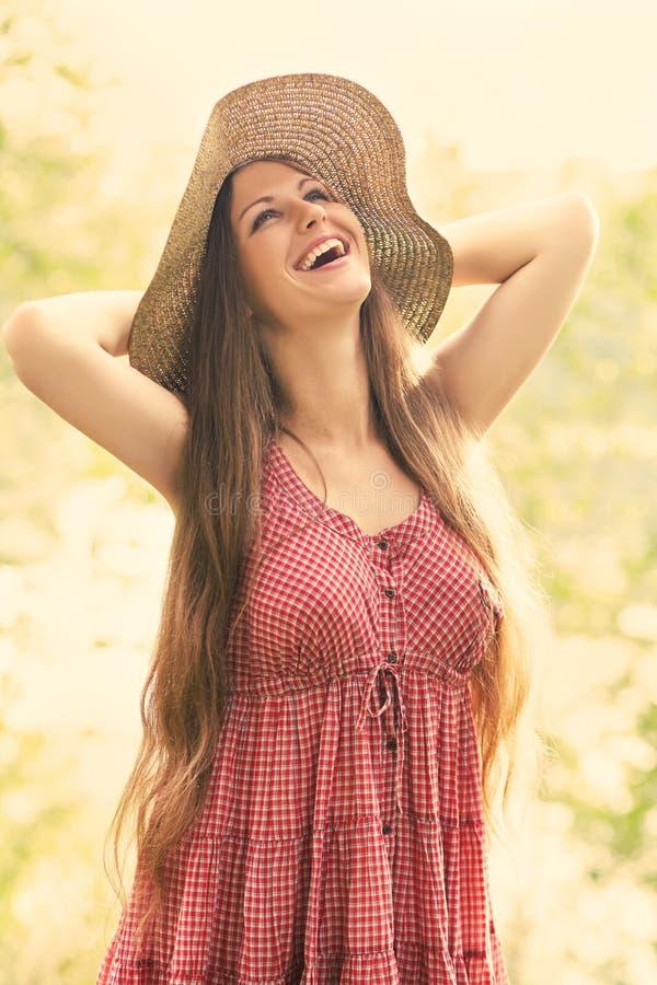 Härlig kvinna med hatten royaltyfri foto