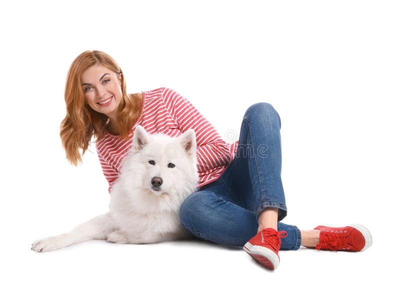 Härlig kvinna med hennes gulliga hund arkivfoton