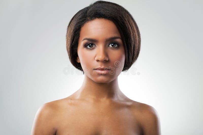Härlig kvinna med hennes nakna closeup för skuldror fotografering för bildbyråer