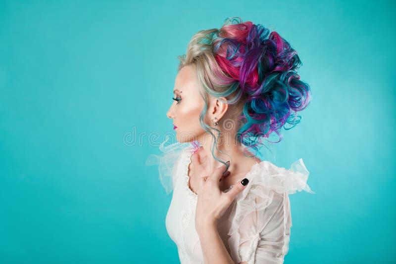 Härlig kvinna med idérik hårfärgläggning Stilfull frisyr, informell stil arkivfoto