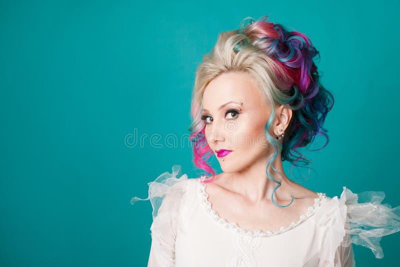 Härlig kvinna med idérik hårfärgläggning Stilfull frisyr, informell stil arkivbild