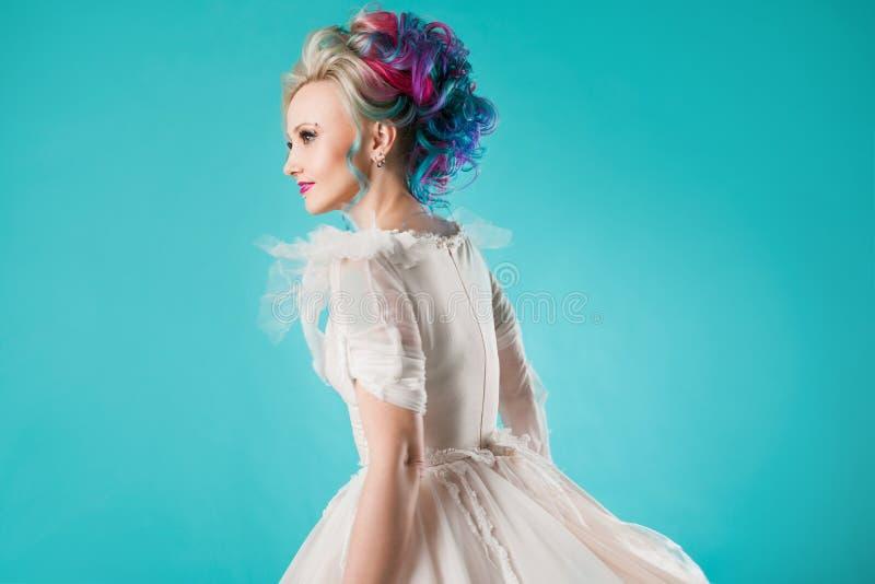 Härlig kvinna med idérik hårfärgläggning Stilfull frisyr, informell stil fotografering för bildbyråer