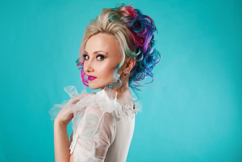 Härlig kvinna med idérik hårfärgläggning Stilfull frisyr, informell stil royaltyfri foto