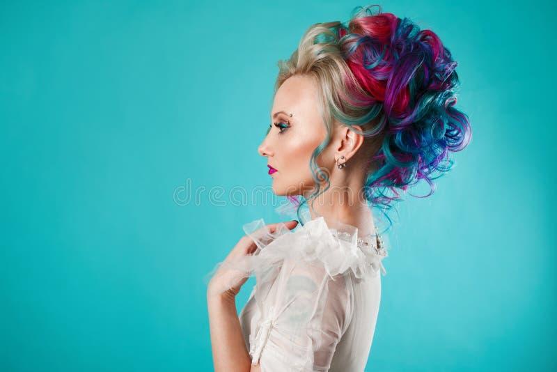 Härlig kvinna med idérik hårfärgläggning Stilfull frisyr, informell stil royaltyfria bilder