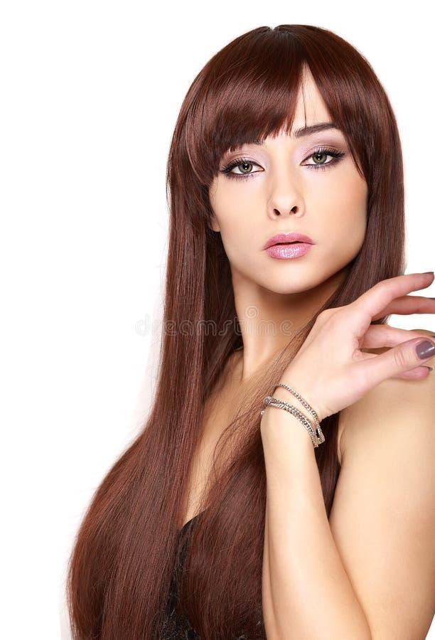 Härlig kvinna med isolerat långt brunt hår arkivfoto
