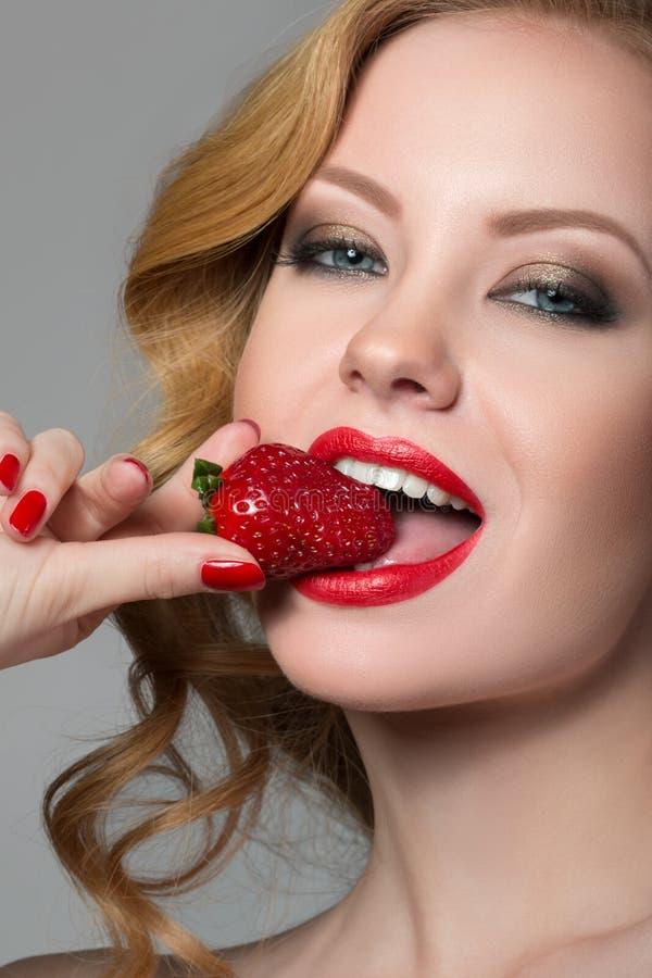 Härlig kvinna med jordgubben royaltyfri fotografi