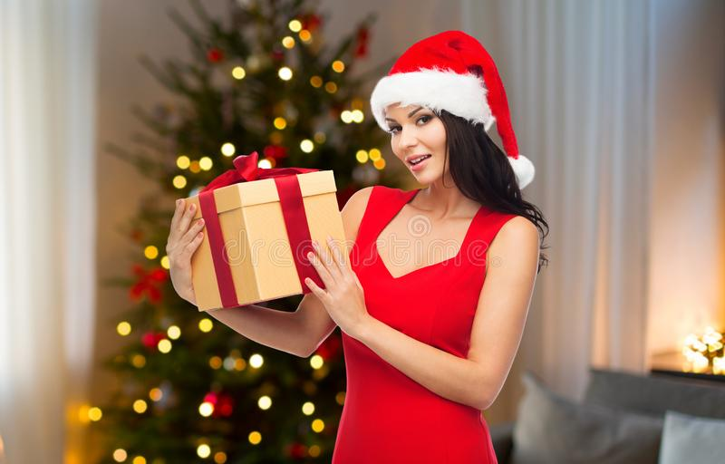 Härlig kvinna med julgåvan hemma royaltyfria bilder