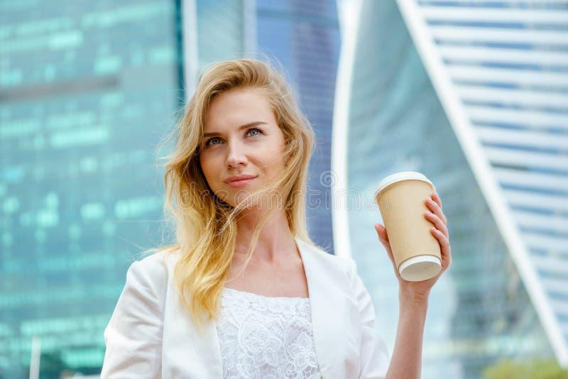 Härlig kvinna med kaffe till royaltyfri foto