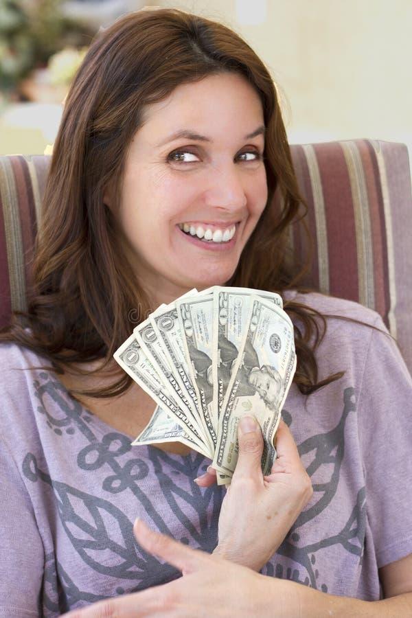 Härlig kvinna med kassa royaltyfria bilder