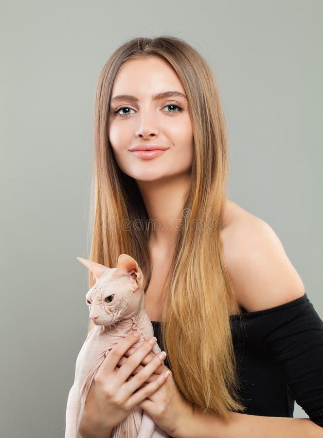 Härlig kvinna med katthusdjuret royaltyfri fotografi