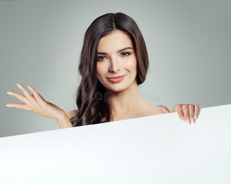Härlig kvinna med klar hud och sunt hår royaltyfria bilder
