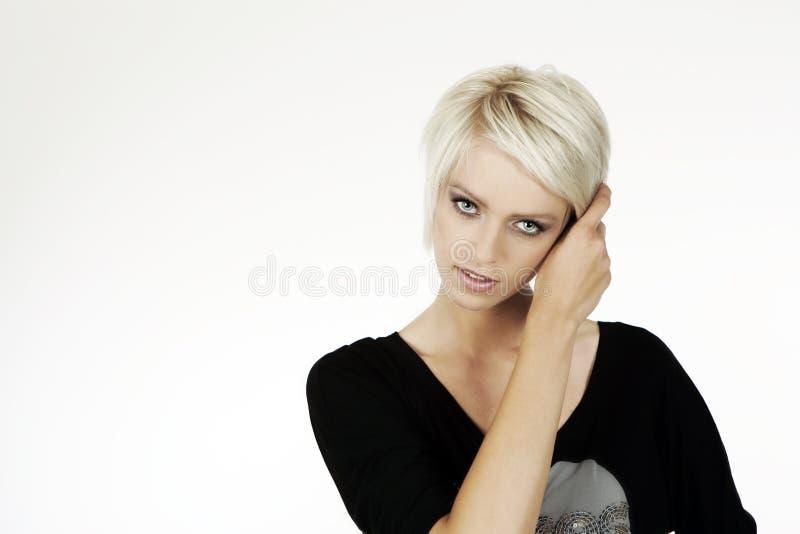 Härlig kvinna med kort moderiktigt blont hår royaltyfri bild