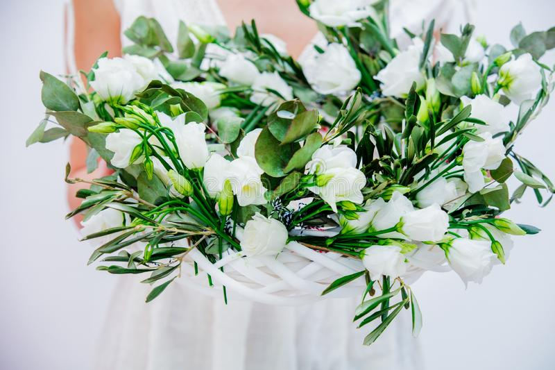 Härlig kvinna med kransen för vita rosor på vit bakgrund arkivfoton