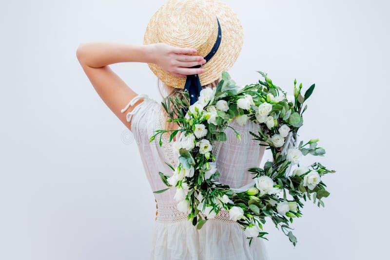 Härlig kvinna med kransen för vita rosor på vit bakgrund arkivbild