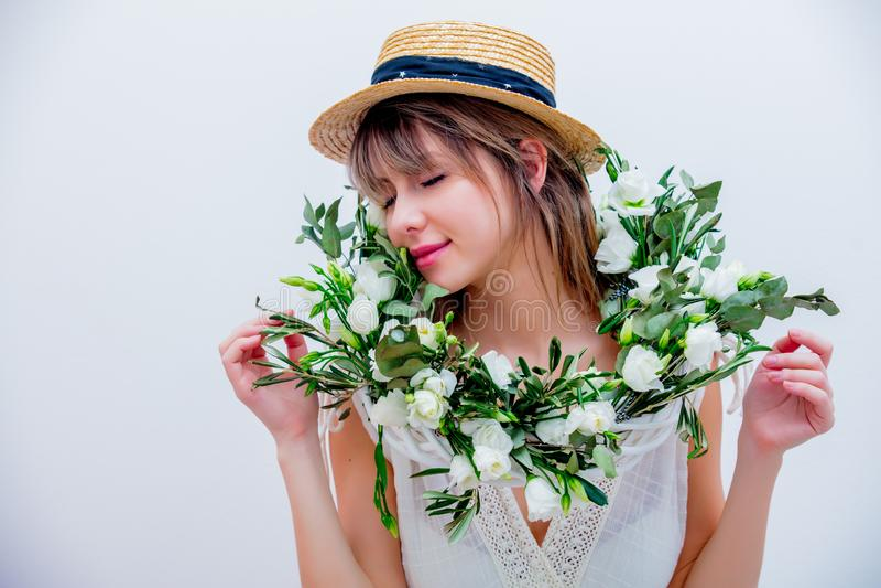 Härlig kvinna med kransen för vita rosor på vit bakgrund royaltyfri foto