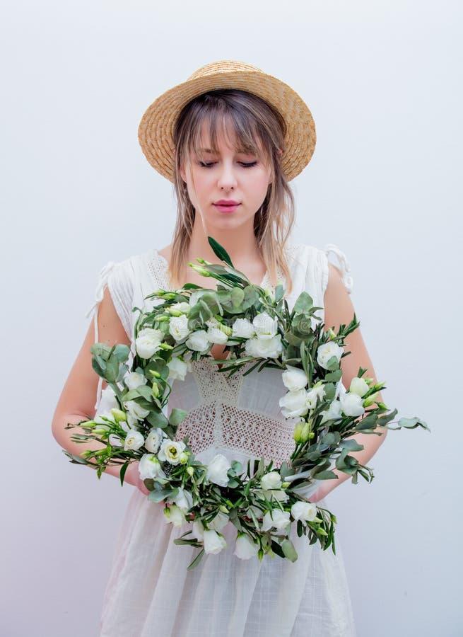 Härlig kvinna med kransen för vita rosor på vit bakgrund arkivbilder