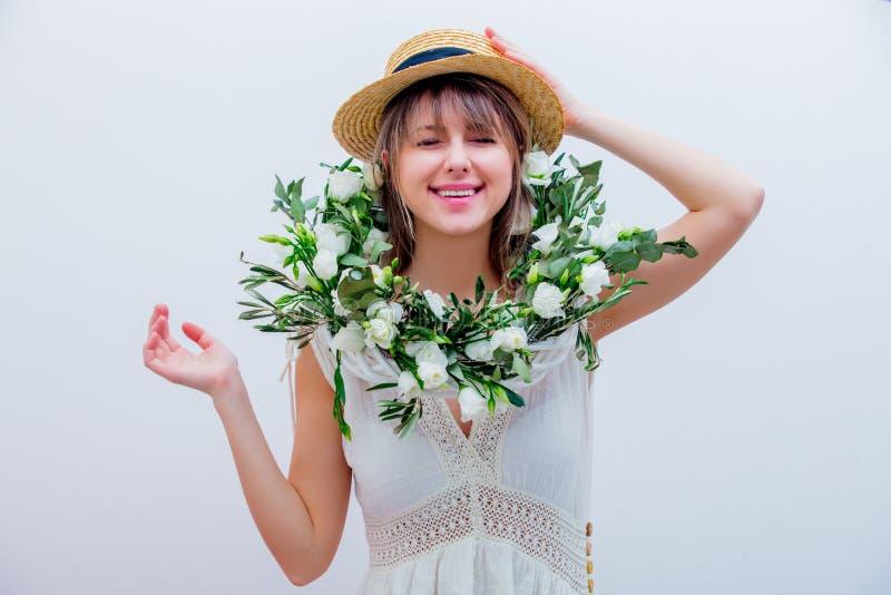 Härlig kvinna med kransen för vita rosor på vit bakgrund royaltyfri bild