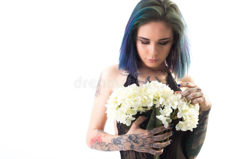 Härlig kvinna med kulört hår och tatueringar royaltyfria bilder