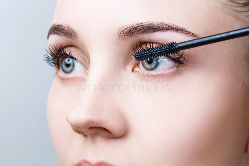 Härlig kvinna med långa ögonfrans i en skönhetsalong arkivbilder