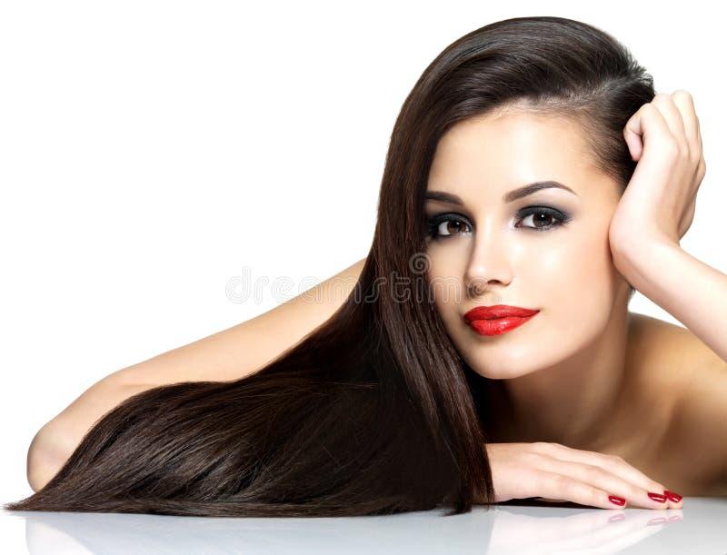 Härlig kvinna med långa bruna raka hår arkivbilder