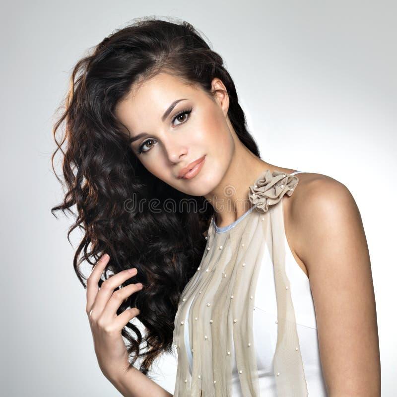 Härlig kvinna med långt brunt hår royaltyfri bild