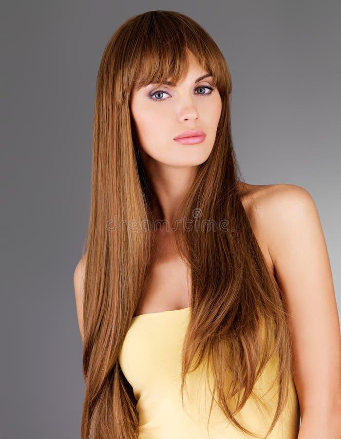 Härlig kvinna med långt hår fotografering för bildbyråer