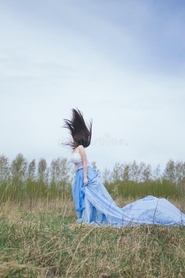 Härlig kvinna med långt hår/frihetskänsla royaltyfri bild