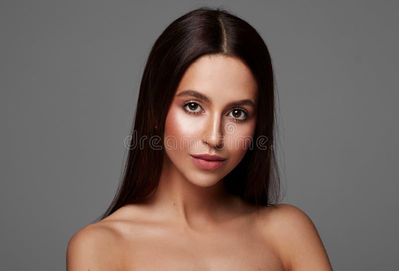 H?rlig kvinna med l?ngt h?r och stora bruna ?gon fotografering för bildbyråer