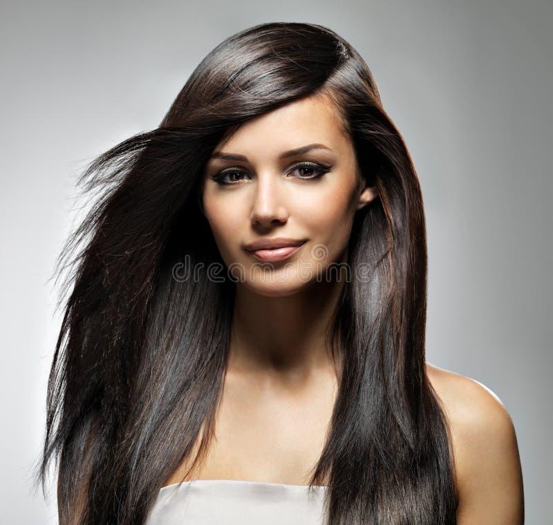 Härlig kvinna med långt rakt hår royaltyfri foto