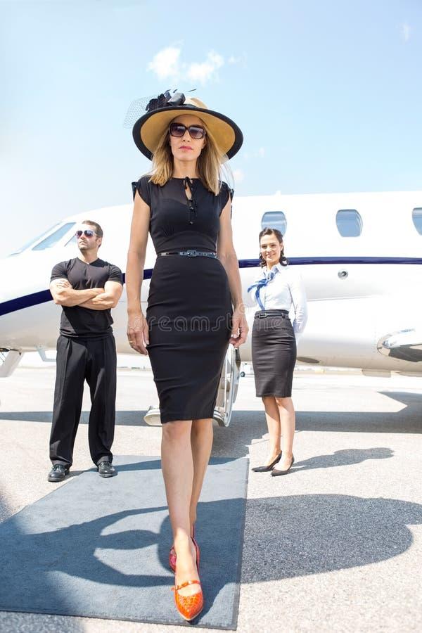 Härlig kvinna med livvakten And Airhostess royaltyfri bild