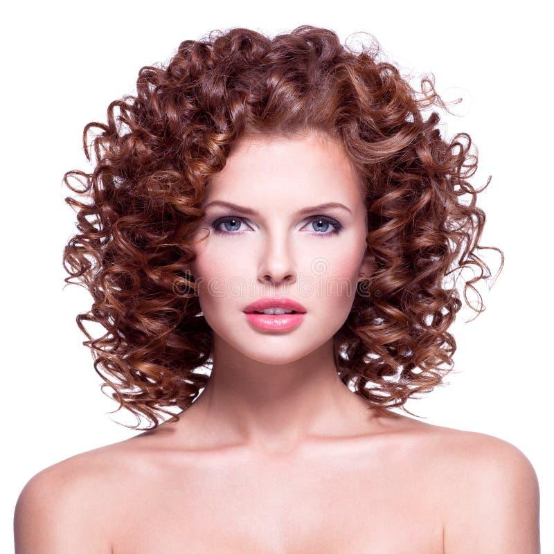 Härlig kvinna med lockigt hår för brunett royaltyfri foto