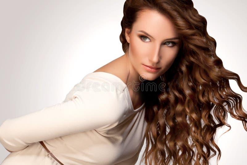 Härlig kvinna med lockigt hår royaltyfri bild