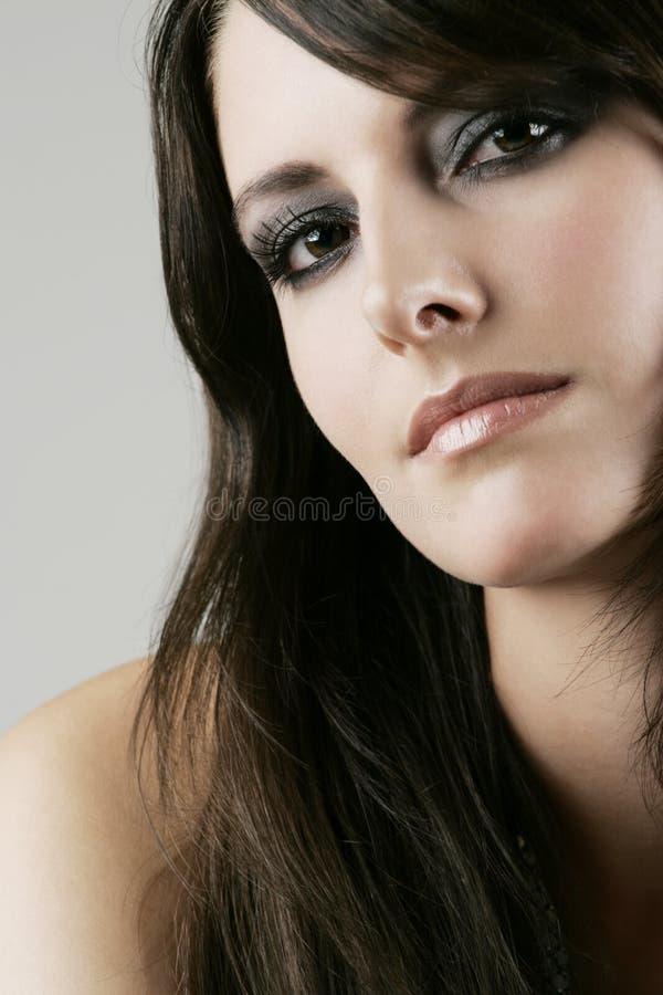Härlig kvinna med mörka drömlika ögon royaltyfria bilder
