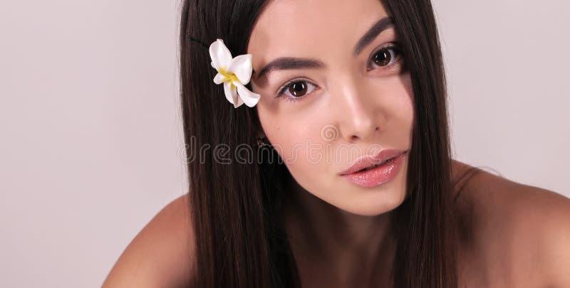 Härlig kvinna med mörkt hår och naturlig blick royaltyfri foto