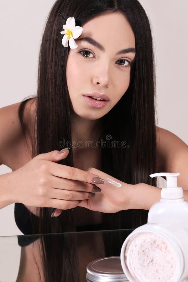Härlig kvinna med mörkt hår och naturlig blick royaltyfri bild