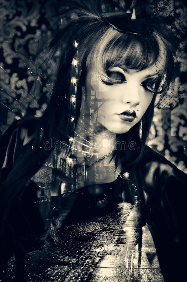 Härlig kvinna med modemakeup som bär en tappningdräkt i en mörk stadsgränd arkivbild