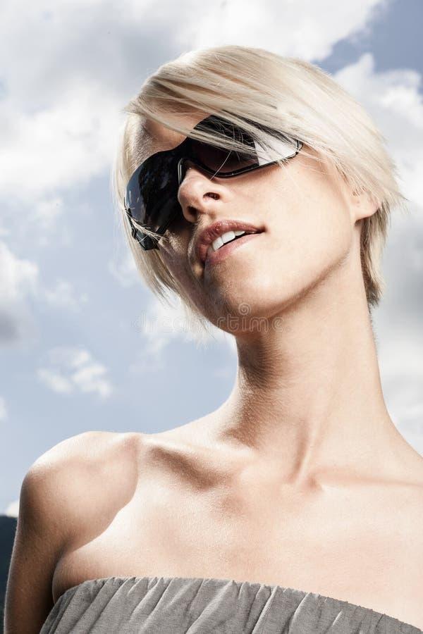 Härlig kvinna med modern solglasögon arkivbild
