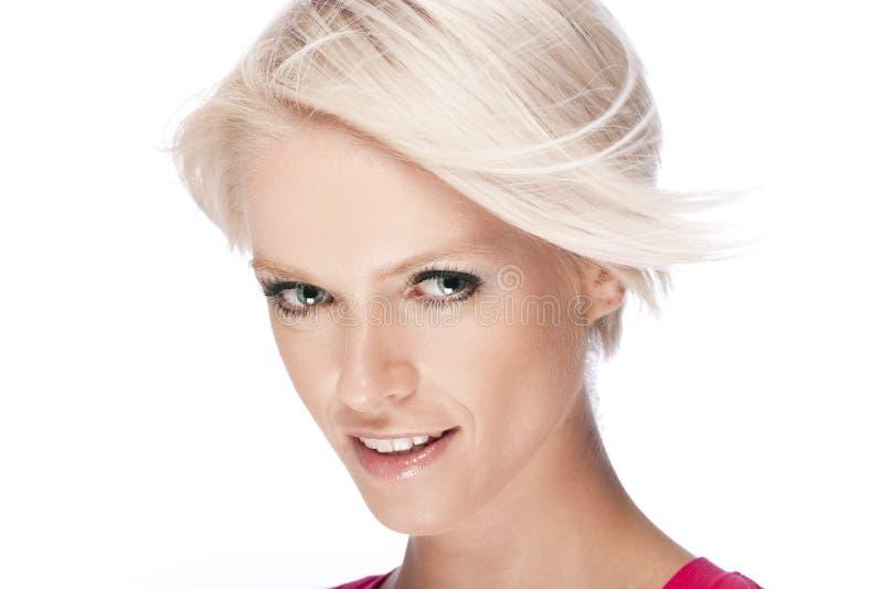 Härlig kvinna med modernt kort blont hår royaltyfri foto