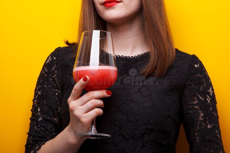 Härlig kvinna med ny grapefruktfruktsaft arkivbilder