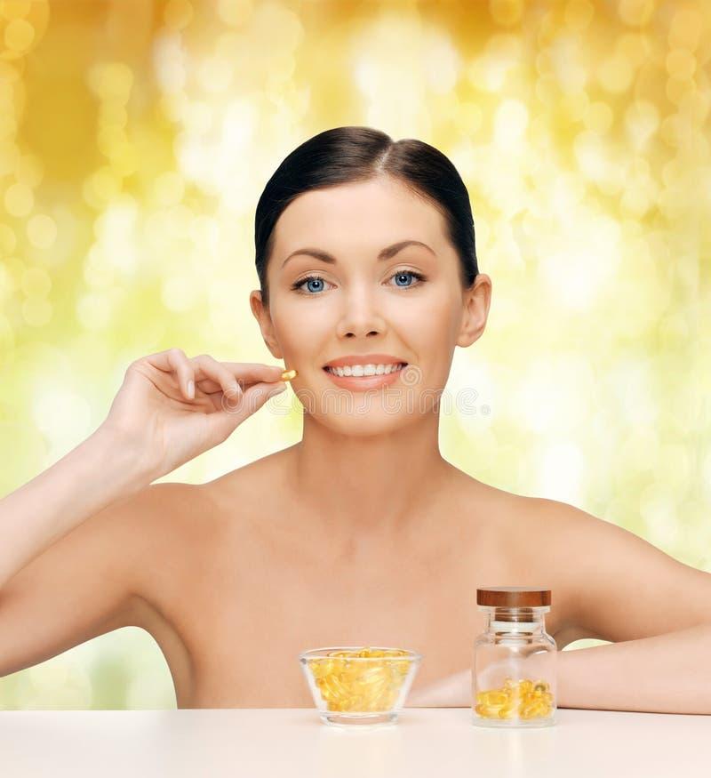 Härlig kvinna med omega 3 vitaminer arkivfoton