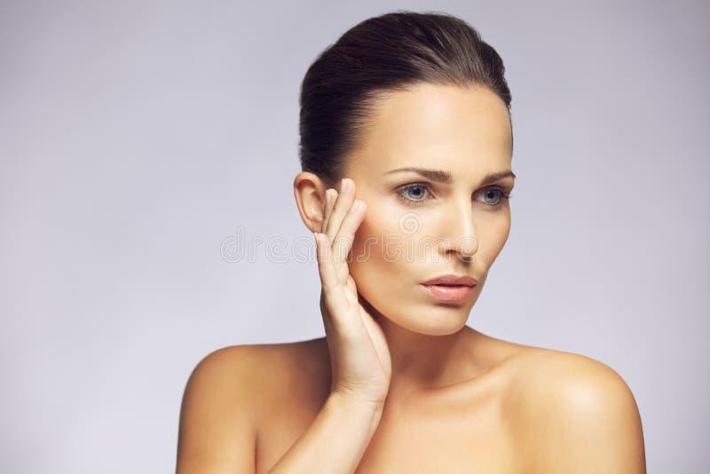 Härlig kvinna med perfekt hud för rengöring fotografering för bildbyråer
